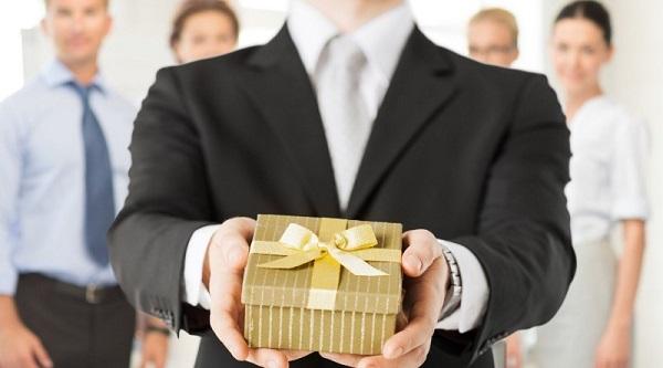 Tặng quà cho khách hàng